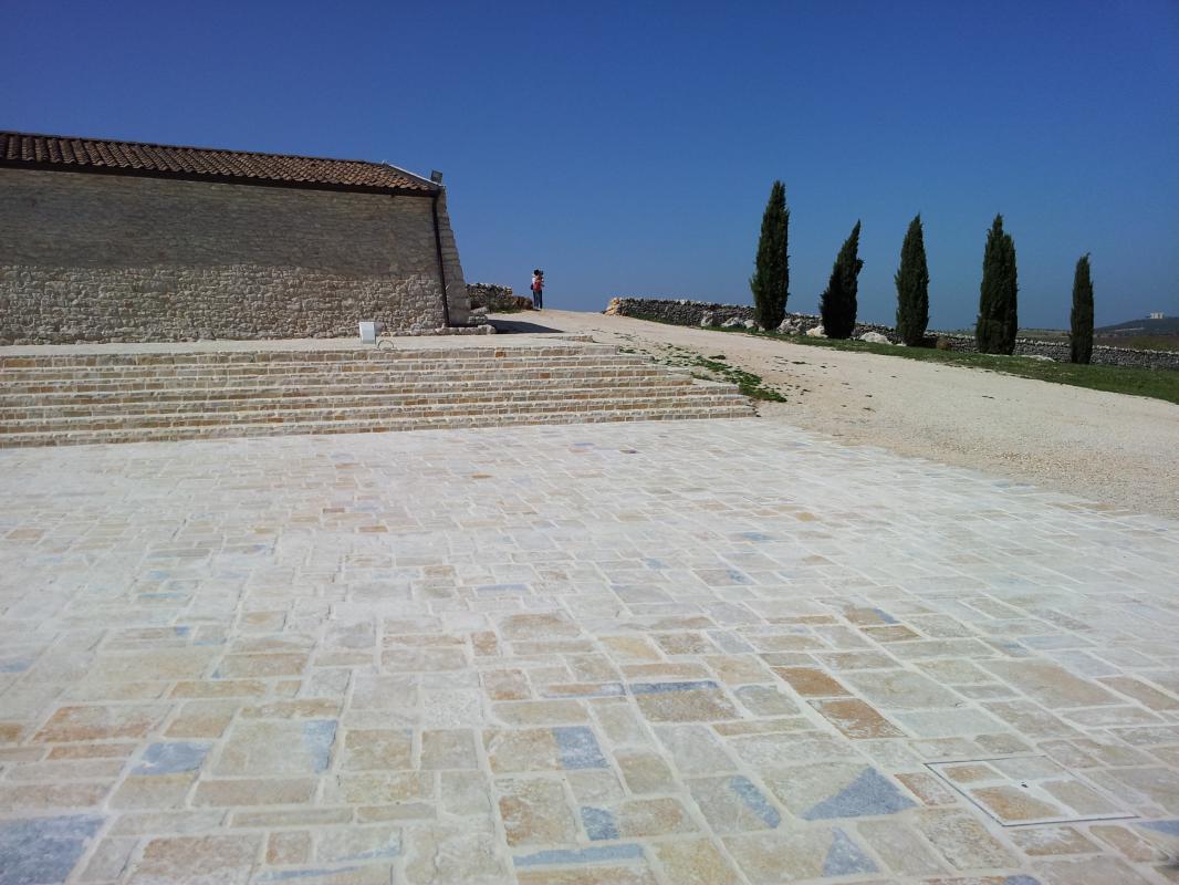 Pavimentazione esterna masseria pietre raffaele cileo pietra di trani marmi mosaici - Pietre da esterno pavimenti ...