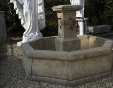 Fontana ottagonale anticata